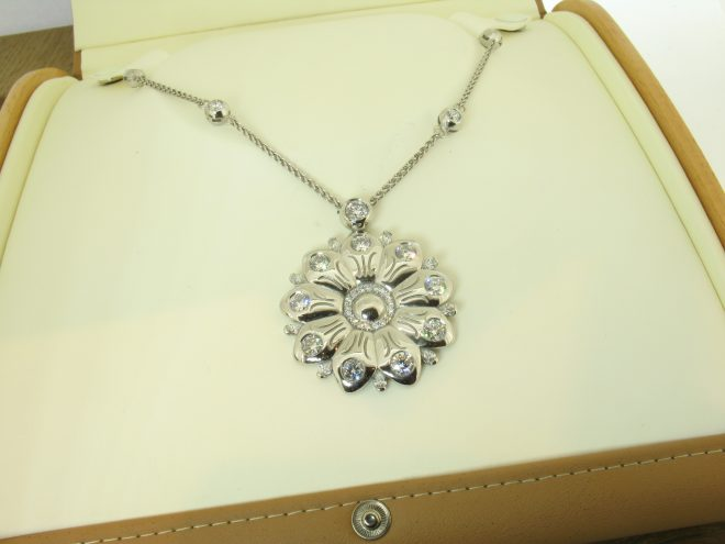 flower-pendant-in-platinum-with-diamonds